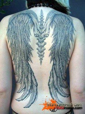 Татуировки с изображением крыльев на спине