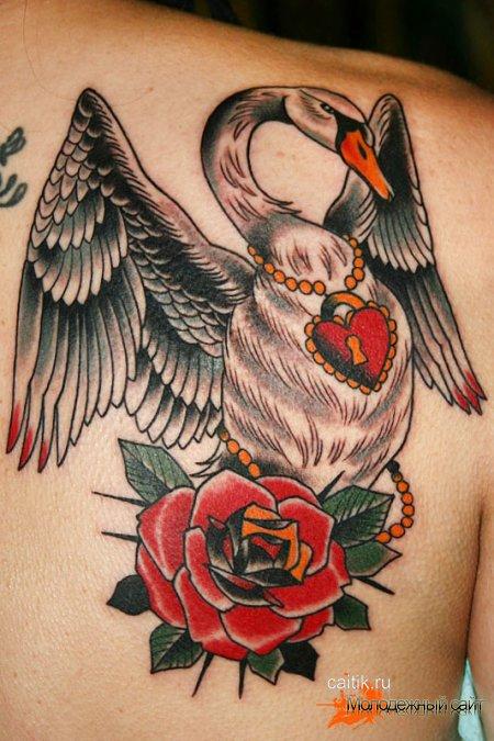 татуировка лебедь с розой и замком в виде сердца