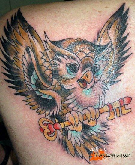 летящая сова с ключом татуировка