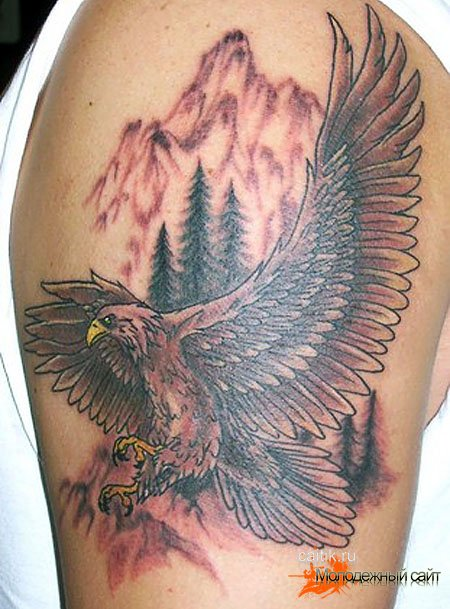 татуировка орел на фоне леса