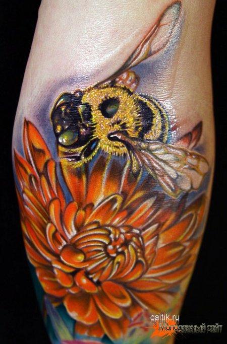 татуировка пчела на цветке