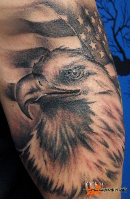 татуировка орел на фоне флага