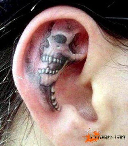 тату череп на ухе