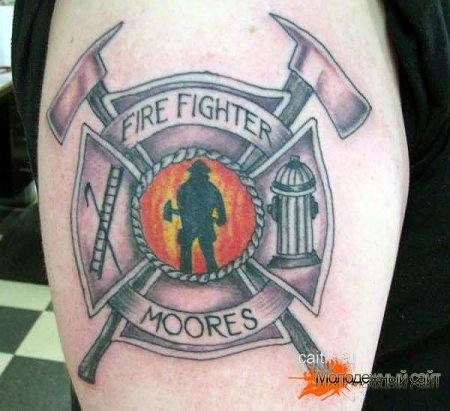 мальтийский крест у пожарника на руке