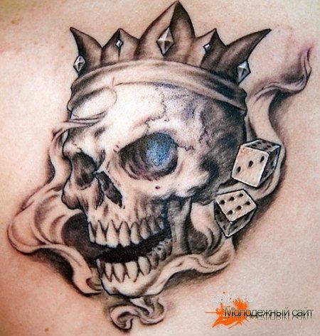 татуировка череп с короной и игральными костями