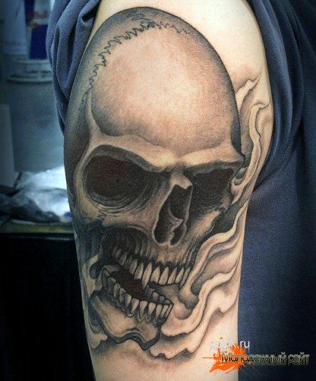 татуировка череп на правой руке