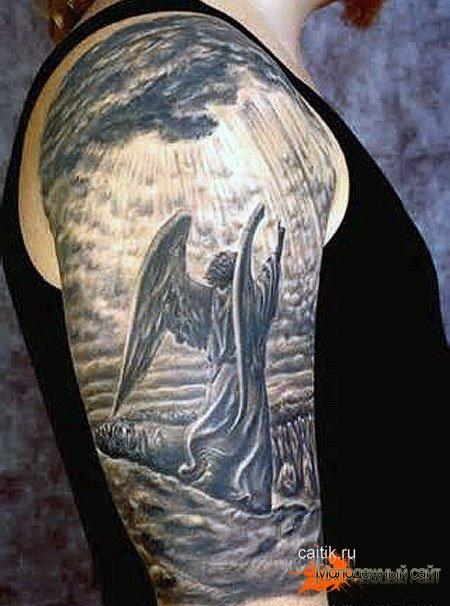 татуировка ангел на плече в лучах света