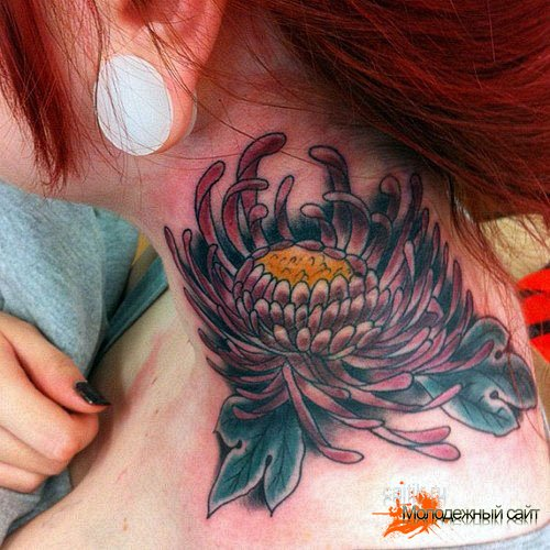 татуировка хризантема на шее
