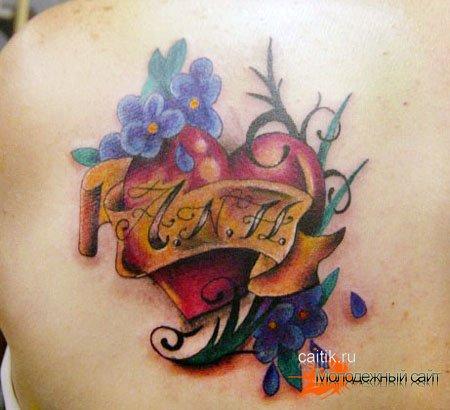 татуировка с цветами вокруг сердца на плече
