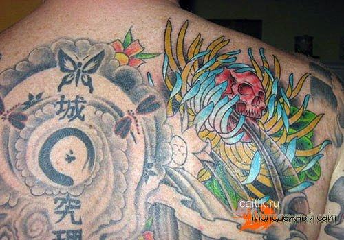 татуировка хризантема с черепом на спине