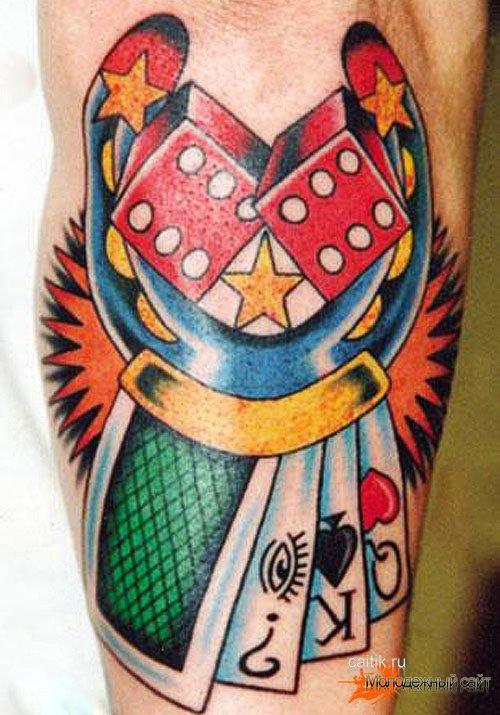 татуировка игральные кости с подковой и картами