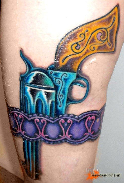 татуировка револьвер на ноге