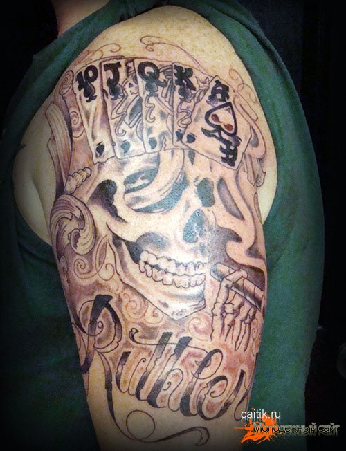 череп с Флеш-роялем татуировка