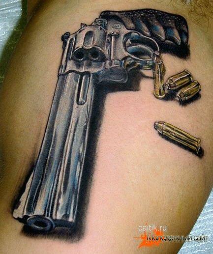 татуировка револьвер с патронами
