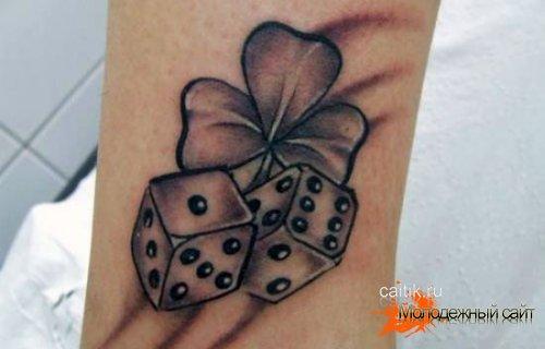 татуировка игральные кости с клевером