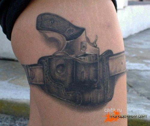 татуировка револьвер в кабуре на ноге