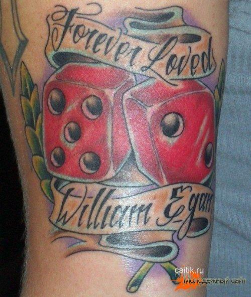 татуировка игральные кости с лентой