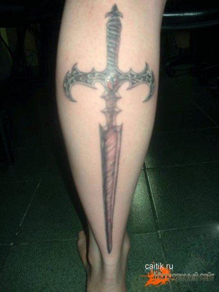 на ноге татуировка меч