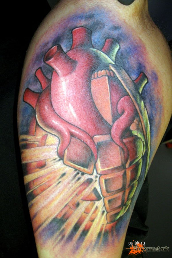 татуировка граната в форме срдца