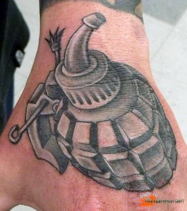 татуировка на кулаке граната