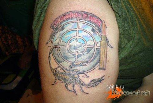 татуировка пуля с прицелом и скорпионом