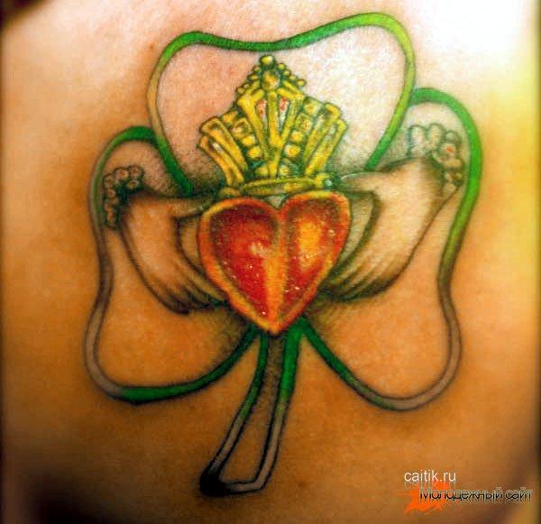 татуировка клевер с сердцем