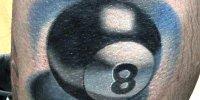 татуировка бильярдный шар номер 8 на ноге