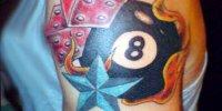 татуировка бильярдный шар номер 8 с пламенем и звездами