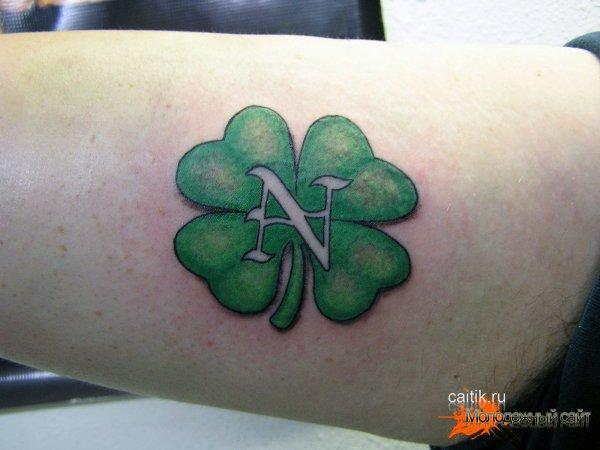 татуировка клевер на руке
