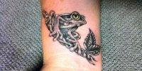 татуировка лягушка на запястье