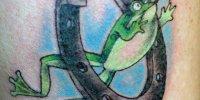 татуировка лягушка с подковой