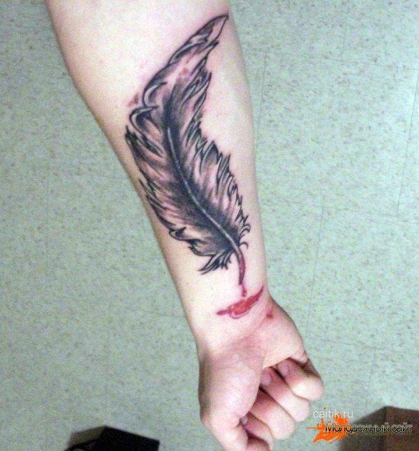 татуировка перо с каплей крови