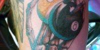 татуировка костлявая рука держащая бильярдный шар номер 8