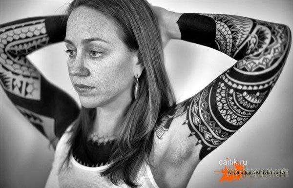 татуировки в стиле Блэкворк на руках девушки