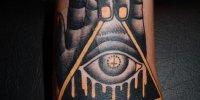 татуировка рука держащая Всевидящее Око