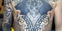 татуировка в стиле Blackwork на груди