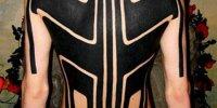 татуировка на спине в стиле Blackwork черным