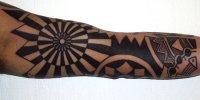 татуировка на плече Blackwork стиль