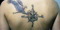 татуировка на спине Роза ветров с орлом