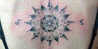 женская татуировка Роза ветров на спине