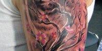 татуировка цветущее дерево на фоне луны