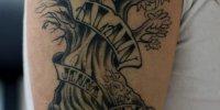 татуировка дерево с надписями