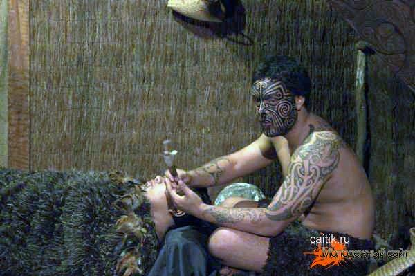 процесс нанесения татуировки Моку