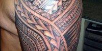татуировка самоанская на плече