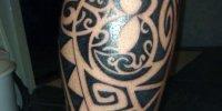 татуировки в стиле Моко на ноге