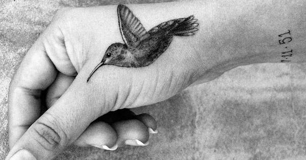 татуировка парящей колибри