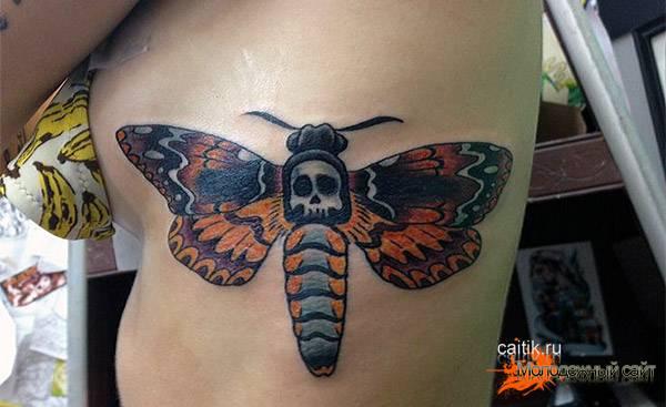 мотылек на боку женская татуировка