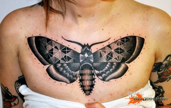 ночная бабочка на груди