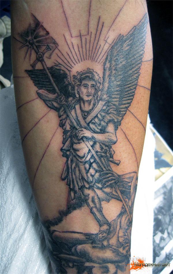 на всю спину татуировка Архангел Михаил сражающийся с сатаной