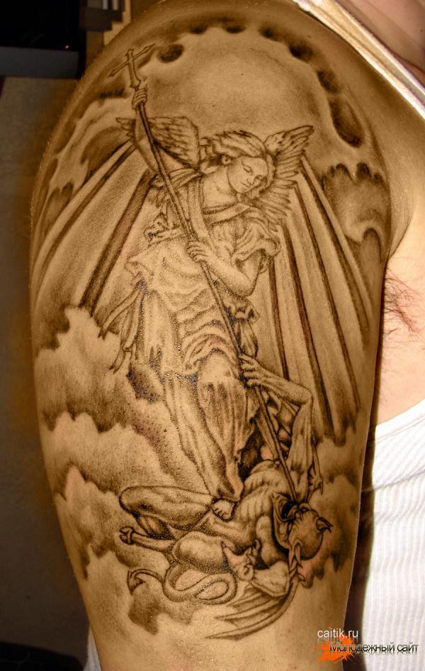 татуировка на плече Архангел Михаил свергающий сатану